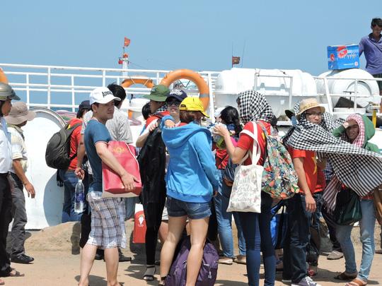 Khách du lịch mườm nượp ra đảo Lý Sơn trong dịp 8.3