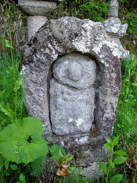 石がん内地蔵立像