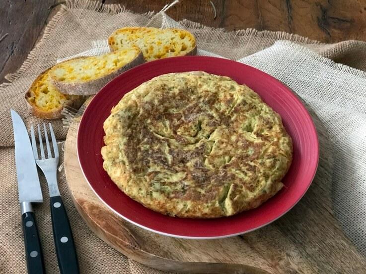 """Tortilla de bróquil y """"mongetes"""" con butifarra de huevo"""