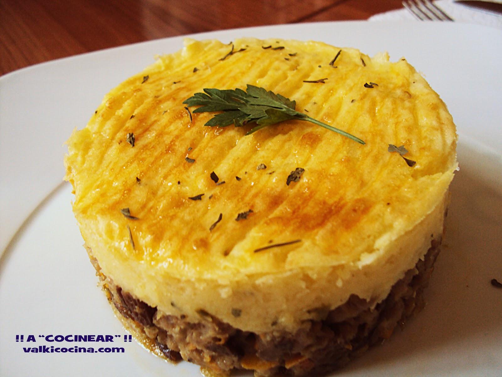 Pastel de carne con pasas y puré de patatas