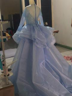 gaun kebaya pengantin modern biru frozen pita di pinggang