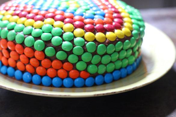 17 apart kids 39 birthday cake idea decorating with m m 39 s for M m cake decoration ideas