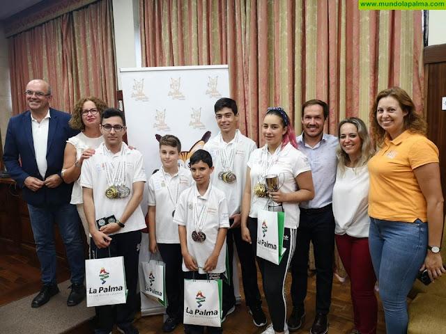 El Cabildo felicita a cinco jóvenes de la isla que alcanzaron notables éxitos en las Olimpiadas de Juegos Mentales