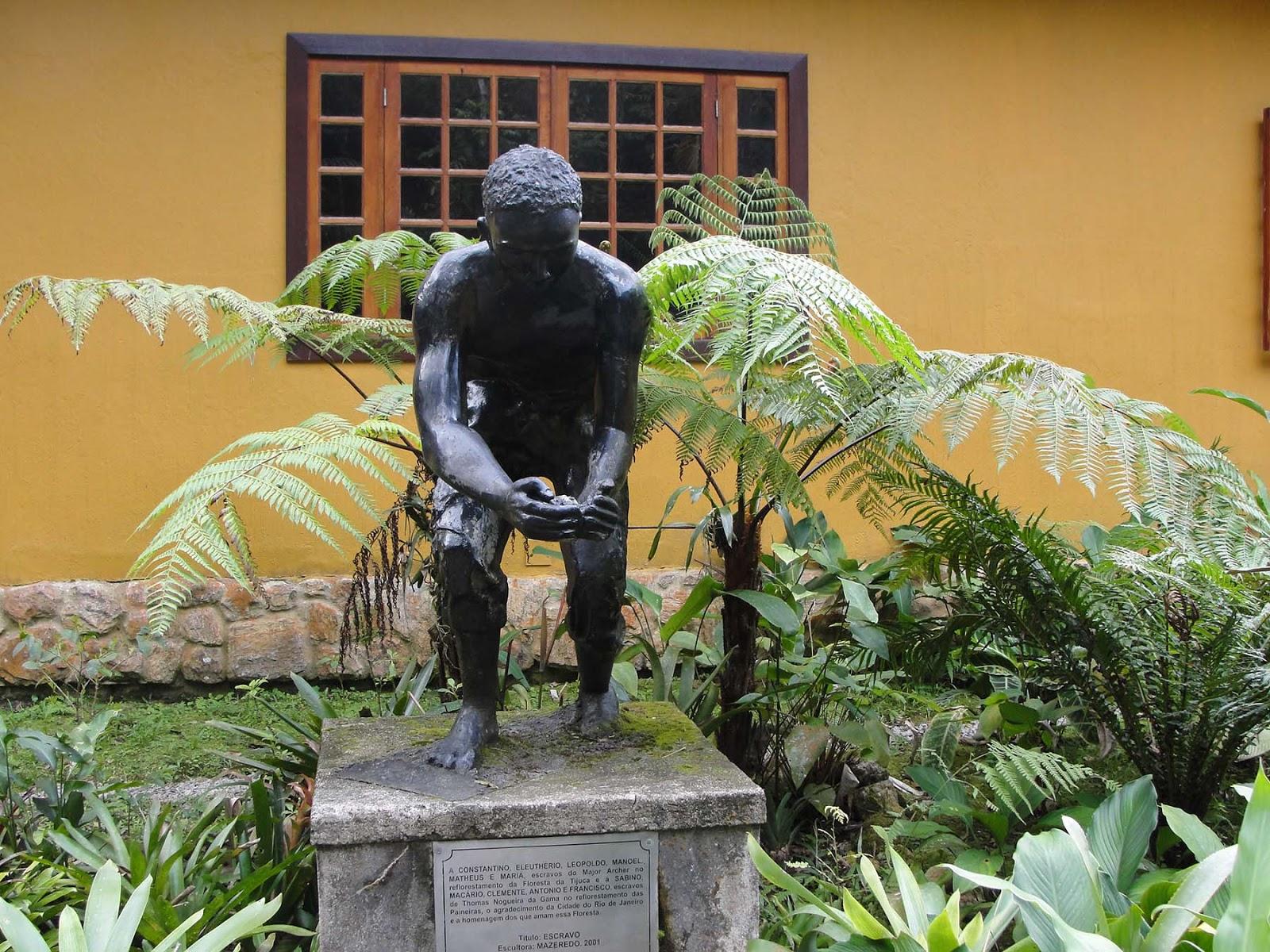 Monumento aos escravos no centro de visitantes da Floresta da Tijuca