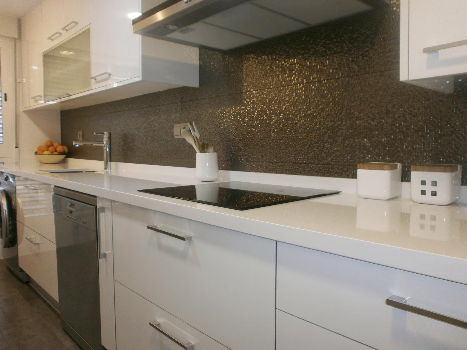 C mo lograr m s amplitud visual en la cocina cocinas con for Cocinas blancas pequenas