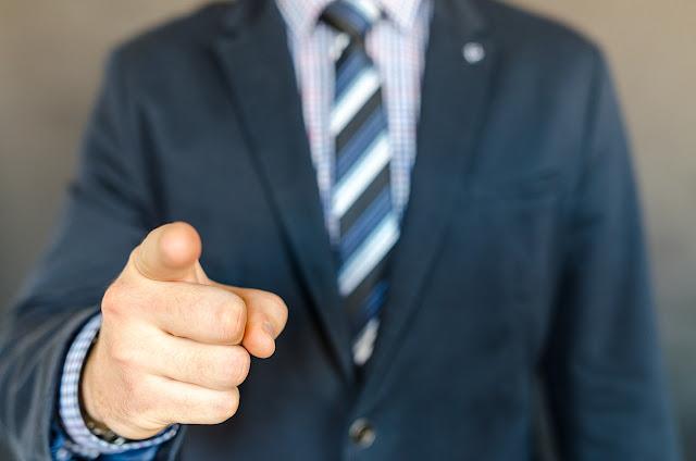 Vendedor apuntando el dedo