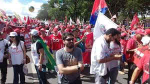 Inicio da manifestação em Brasilia todos de maneira passiva.
