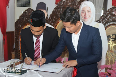 Bupati Nur Arifin Serahkan Dana Hibah Penyelenggaraan dan Pengawasan Pilkada