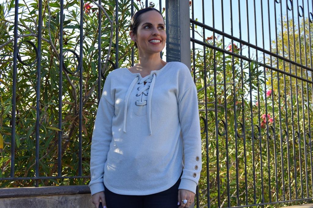 look-sudadera-rojo-piruleta-street-style-outfit