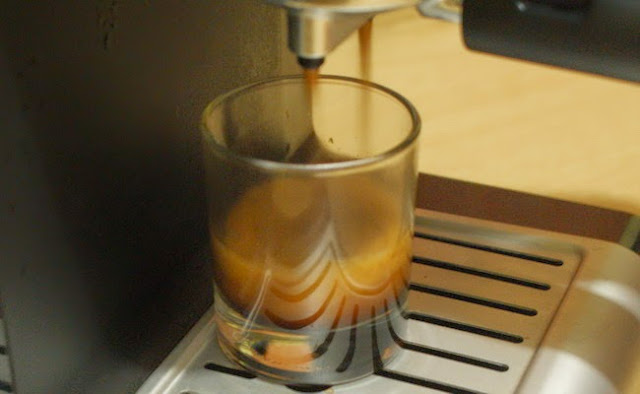 7. Nyalakan mesin ke pilihan seduh espresso, untuk one-shot tunggu sampai 25-30 ml lalu matikan mesin espressomu. 7. Turn on the espresso brewing button, for one shot wait until 25-30 ml then turn it off.