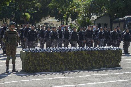 Polícia Militar recebe doação de mil fuzis do Exército no RJ