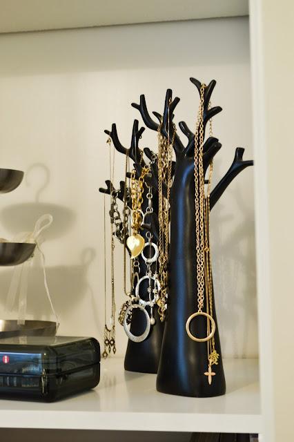 Saippuakuplia olohuoneessa. blogi, kuva Hanna Poikkilehto, korupuu, sisustus, koti, korut,