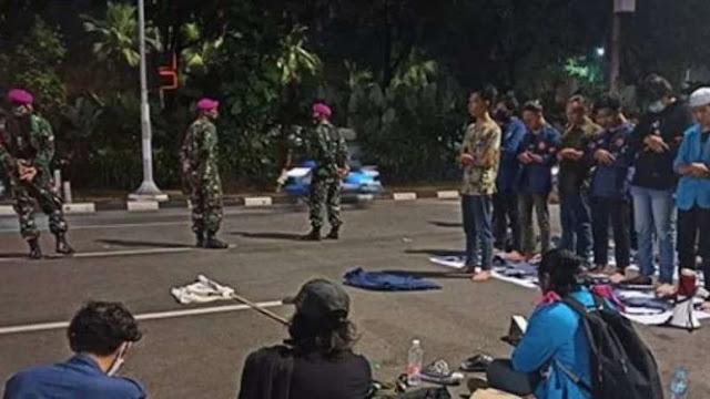Pasukan Beruang Hitam TNI Jaga Mahasiswa Saat Shalat di Jalan
