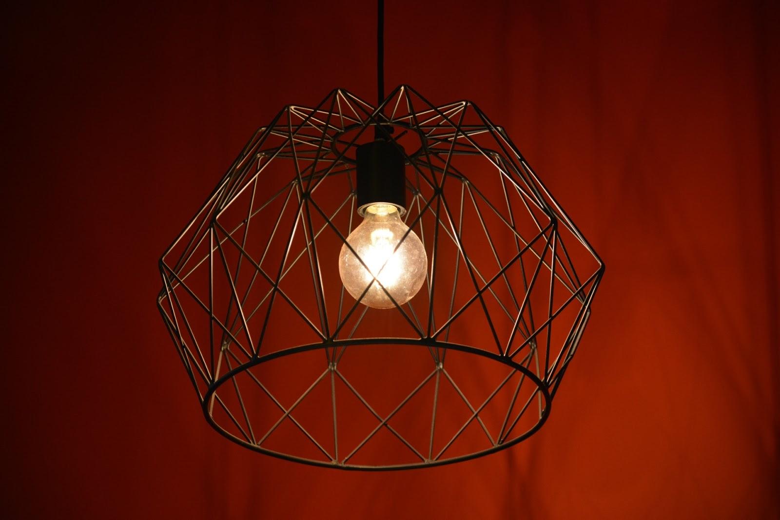 Czarna nowoczesna lampa z klasyczną żarówką