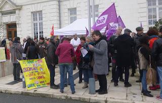 Rassemblement devant l'Hôpital Bretonneau
