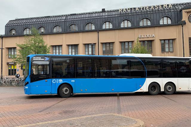 Bussi ajamassa lähtölaituriin, taustalla rautatieasema.
