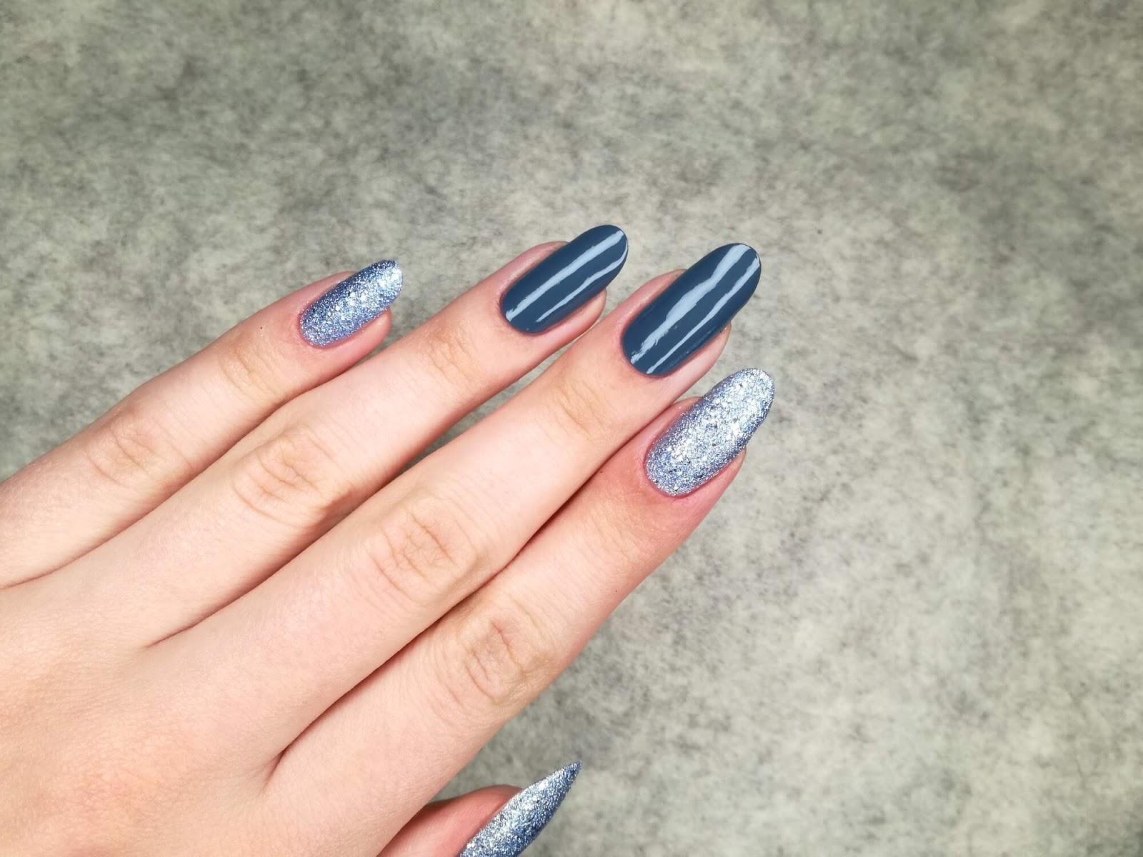 paznokcie błękitno-szare