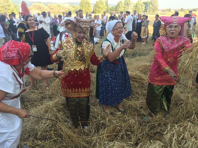 Sumbar Talenta dan HWK Sumbar di pesta tradisi panen gandum Croatia. (Dok. Pribadi)