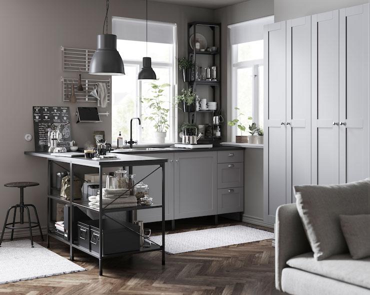 Cocina clásica de IKEA con frentes de madera en gris.