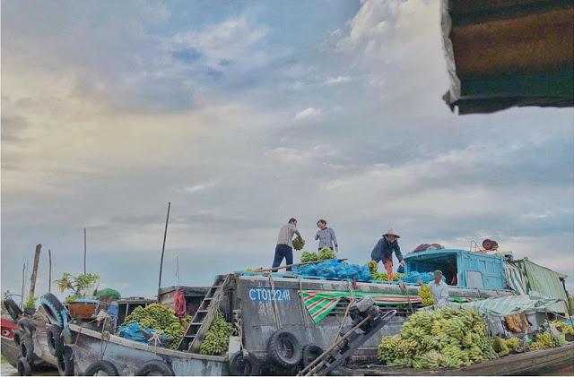 Ghé thành phố Long Xuyên (An Giang), du khách không thể bỏ qua chợ nổi Long Xuyên, khu chợ nổi trên dòng sông Hậu đỏ nặng phù sa. Chợ nổi cách trung tâm thành phố Long Xuyên khoảng 2 km. Đến đây, bạn có thể trải nghiệm các món ăn mộc mạc, đậm vị miền Tây như bún cá, bánh tầm, bánh da lợn…