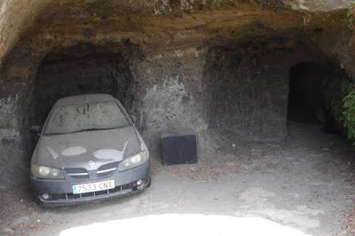 Box auto in una grotta
