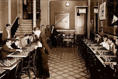 Pere Cherta dando simultáneas de ajedrez en octubre de 1936