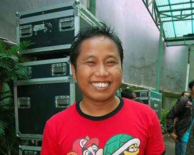 """Biografi Narji      Biodata   Nama asli : Sunarji  Tanggal lahir : 10 Agustus 1977  Lahir di : Indonesia  Zodiac : Leo  Suami/IstriWidiyanti (mantan pramugari, sejak 10-Feb-08)  Populer Sejak: Menjadi anggota grup lawak """"Cagur"""" (1997)  Biografi   Narji atau lengkapnya Sunarji adalah seorang pelawak yang populer lewat grup Cagur. Grup yang juga diawaki Bedu dan Deni itu, mengawali populer lewat program-program komedi di stasiun TV, TPI, termasuk acara Chatting. Cagur sendiri kepanjangan Calon Guru, karena ketiganya adalah mahasiswa Universitas Negeri Jakarta, yang dulunya masih berstatus IKIP (Institut Keguruan dan Ilmu Pendidikan), yang lulusannya disiapkan sebagai pendidik. Awal karir Jagur menjadi juara III Lomba Humor Ala Mahasiswa (HAM) yang digelar Pepeng 'Jari Jari' dan RCTI pada 1997. Berikutnya Juara III, Lomba Humor Nasional yang digelar Lembaga Humor Indonesia (LHI).  Kini selain sebagai pelawak, ketiganya kerap tampil masing-masing, sebagai pembawa acara dan presenter acara komedi. termasuk penampilan Narji sebagai Panglima Perang Republik BBM yang saat itu masih tampil di Indosiar. Setelah berpacaran selama sekitar 3 tahun, Narji akhirnya mengakhiri masa lajangnya dengan meminang kekasihnya,   Widiyanti atau lebih dikenal dengan Diyan yang berprofesi sebagai pramugari pada 10 Februari 2008. Akad nikah diadakan di Pekalongan, Jawa Tengah"""