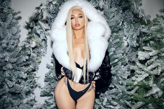 Mariah Lynn cleavage