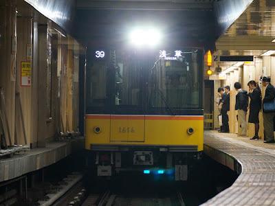 新橋駅に到着する東京メトロ1000系