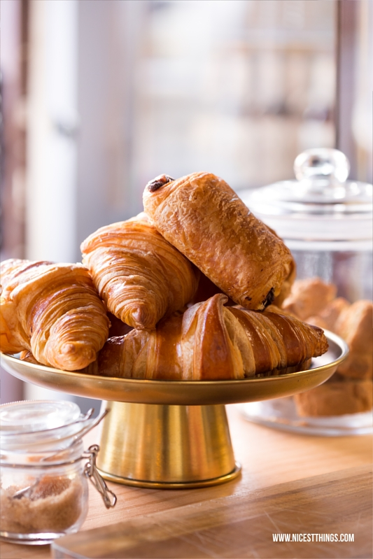 Goldene Messing Etagere mit Croissants