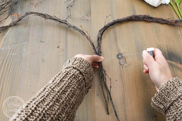 Birkenzweige herzförmig anordnen