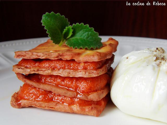 Milhojas de galletas de queso manchego con mousse de pisto y huevo poché
