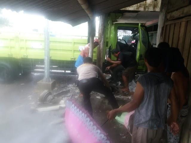 Jalan Licin Akibat Hujan, Truk Tabrak Rumah Warga Di Tekung