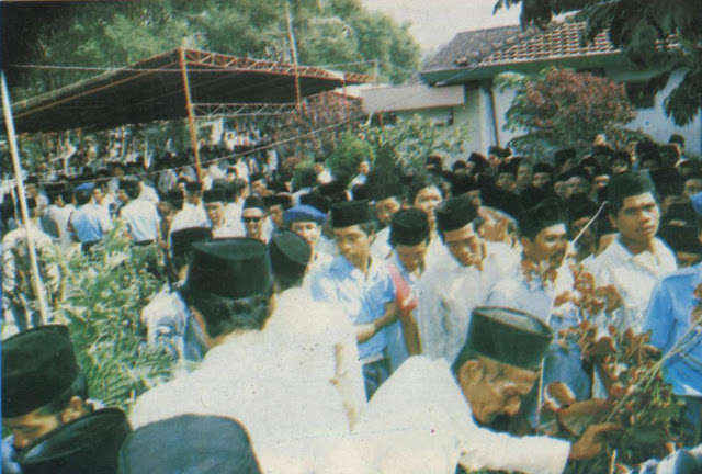 Ribuan Manusia yang menghormat Pemakaman Jenazah Muallif Sholawat Wahidiyah