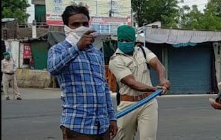 पुलिस सख्ती से कर्फ़्यू का पालन करवा रही है, शहर के लालबाग ओर इंदिरा कॉलोनी में निकाला फ्लैगमार्च