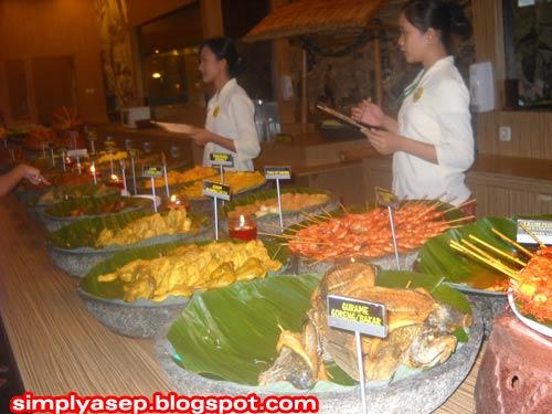 PRASMANAN : Berbagai hidangan prasmanan tersaji di sini. Pesanlah menu kesukaan anda pada staf dan crew Rumah Makan Bumbu Desa yang sudah siap dengan notes catatannya.  Foto Asep Haryono