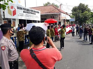 TIM PEMENANGAN PASLON ASLI, DATANGI BAWASLU, PROTES TERKAIT ALAT PERAGA KAMPANYE.