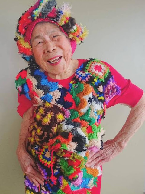 Diusia Yang Sudah Tidak Muda Lagi, Ternyata Nenek Tua Ini Mampu Berpose Layaknya Model Profesional