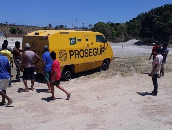 Criminosos atacam carro-forte em rodovia na região de Morro do Chapéu