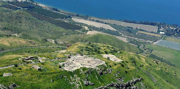 Ruínas da cidade de Hippos, ou Sussita, a cidade na elevação que dominava o Mar da Galileia (ao fundo)
