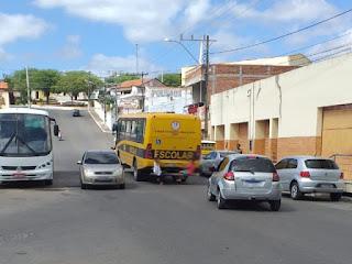Crianças pongando em ônibus