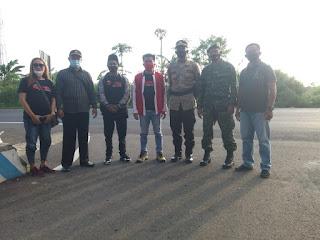 DPC LSM Tropong  Membagikan Takjil Bersama Muspika Kecamatan leces