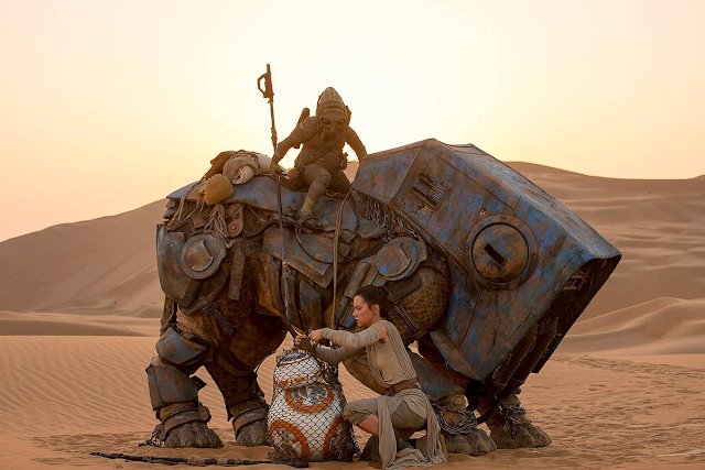 Rey (Daisy Ridley) şi BB-8 în Star Wars: The Force Awakens