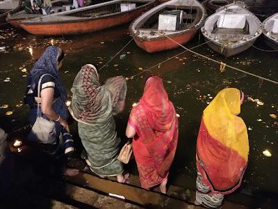 Mujeres a la orilla del Ganges en Varanasi, India.