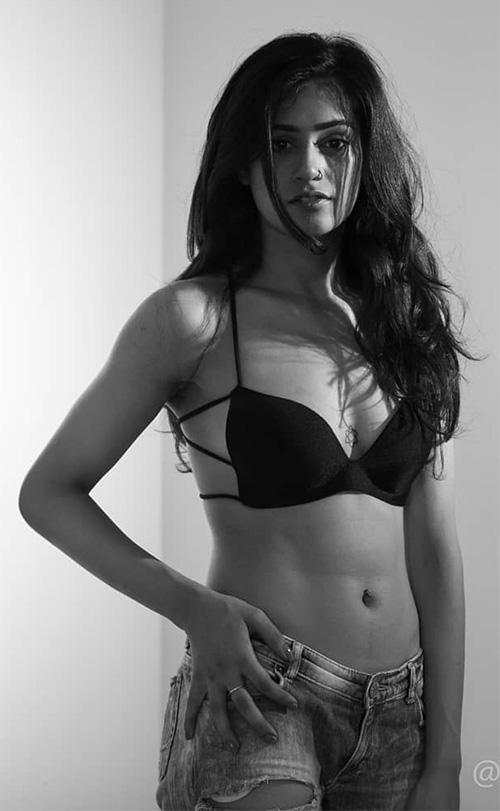 Swasti Kapur navel actress charmsukh web series bhangra paa le