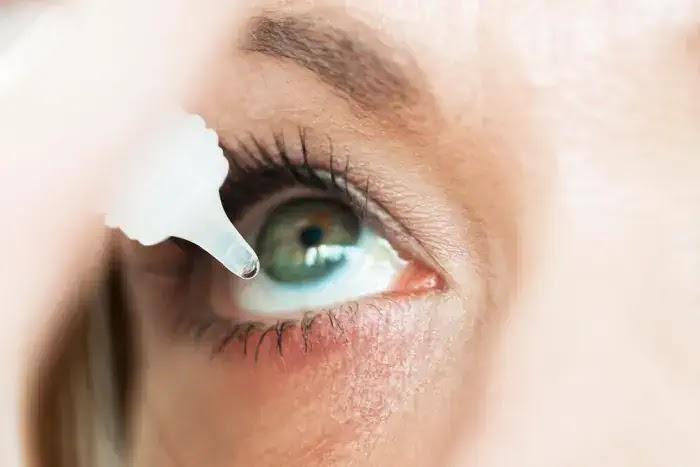 gunakan obat tets mata saat softlens terasa kering