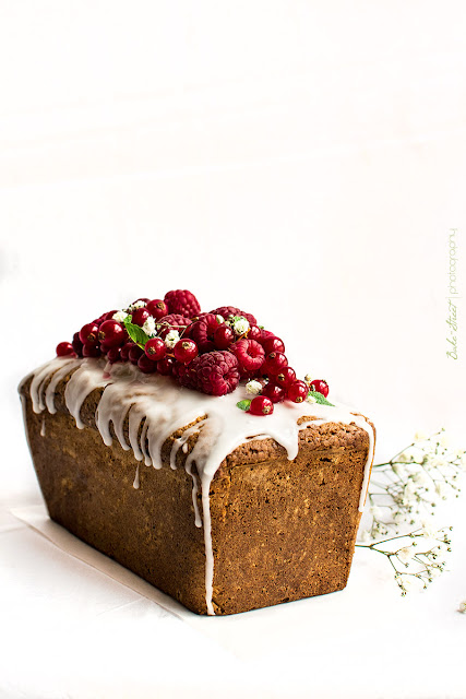Strawberry and Redcurrant Loaf Cake {Torta al Limone con Fragole e Ribes Rossi}