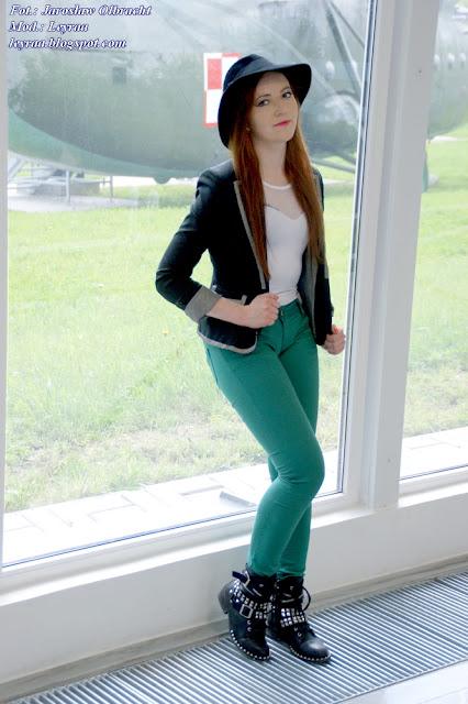 14.05.2017 Zielone rurki, kapelusz, białe body, czarny żakiet, botki z ćwiekami