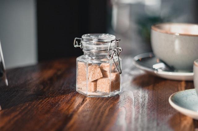 الفرق بين السكر الأبيض والبني