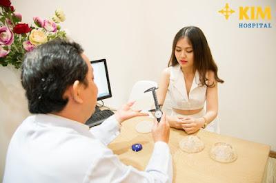 Bác sĩ tư vấn lựa chọn chất liệu túi ngực cũng như mức giá cụ thể cho khách hàng.